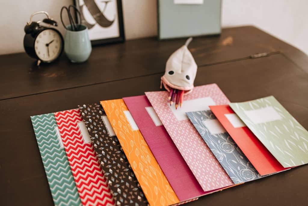 Papeterie und Papierwaren auf einem Tisch